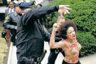 Una mujer en toples protestó ante Bill Cosby en su juicio  por agresión sexual