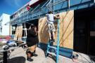 Habitantes de Estados Unidos comenzaron este martes a proteger sus viviendas con madera, ante la llegada del huracán Florence.