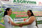 Ana Camacho (desmovilizada de las Farc) y Lilia Peña (víctima) se dieron la mano como símbolo de reconciliación ante los hechos que marcaron sus vidas.