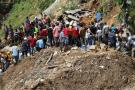 Autoridades trabajan en el rescate de mineros sepultados bajo escombros que dejó el paso del tifón.