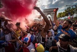 Franceses celebran la llegada de la Copa del Mundo a París