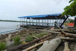 La terminal flotante se encuentra completamente rodeada de escombros que en su mayoría son palos traídos por el cauce, debido a los fuertes aguaceros en otros Municipios, río arriba. Se espera que sea reubicada durante los dos meses que durarán las obras del tablaestacado.