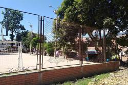 La malla del encerrado de los escenarios deportivos se ha convertido en una trampa para los peatones, debido a que los alambres pueden lastimar a un desprevenido ciudadano.