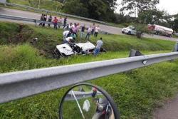 La camioneta Toyota Hilux en la que viajaba la joven pareja se salió de la vía ayer sobre las 7:00 de la mañana, en inmediaciones de la Ruta del Sol.