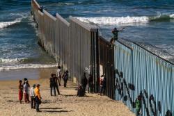 Migrantes de la primera caravana que salió desde Honduras y recorrió el territorio mexicano comenzó a  congregarse en la valla fronteriza de Tijuana (México). Aproximadamente 800 migrantes centroamericanos han llegado a la fronteriza ciudad mexicana de Tijuana con el propósito de solicitar asilo en Estados Unidos.