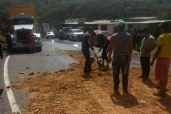 Por derrame de aceite de palma hay paso restringido en la vía Bucaramanga - San Gil