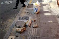 Tras la instalación de un contador sobre el andén operarios del acueducto dejaron escombros.