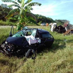 La hipótesis que maneja la Policía sobre la causa del siniestro está relacionada con una falla mecánica del camión, el cual habría invadido el carril contrario.