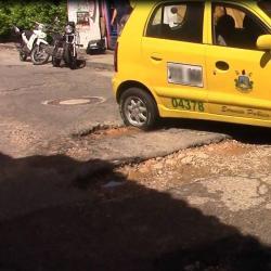 Con venta de mute, taparán huecos que causan accidentes en barrio de Bucaramanga
