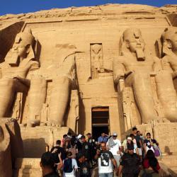 Sudor y empujones para conseguir el mejor selfi con el faraón Ramsés II