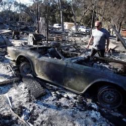 Los incendios en California, alimentados por condiciones muy secas y los vientos cálidos y fuertes de Santa Ana, han destruido cientos de hogares y han causado decenas de muertes.