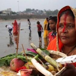 Miles de hindúes se sumergieron en el río Yamuna en honor al dios de la prosperidad
