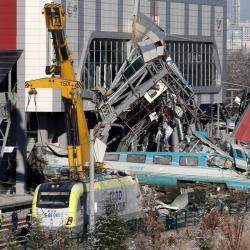 Detienen a tres empleados de ferrocarriles turcos tras choque que dejó nueve muertos