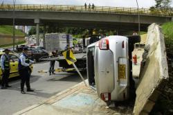 Así quedó el auto volcado este sábado en Bucaramanga