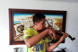 El hincha que anima al Atlético Bucaramanga al ritmo de cumbias y violín