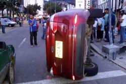 Conductor volcó su carro en Bucaramanga y lo dejó abandonado