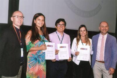 José Patricio López y Daniela Esmeral recibiendo el premio en Cartagena de Indias.