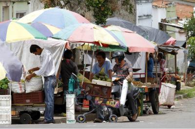 La comunidad del barrio Gaitán pide explicaciones por el olvido de las entidades oficiales en la construcción de su plaza de mercado. Entre tanto, las ventas informales se toman las calles de este popular sector.