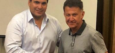 El técnico colombiano Juan Carlos Osorio, junto al presidente de la Asociación Paraguaya de Fútbol, Robert Harrison.