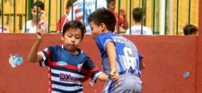 Prolífica en goles resultó la fecha inaugural de la categoría infantil del Torneo Municipal de Fútbol Sala Fifa, al dejar 45 tantos en cuatro juegos. En la gráfica, el partido entre el Gimnasio Piagetano y San Antonio del Carrizal, que ganó el primero 5-3.